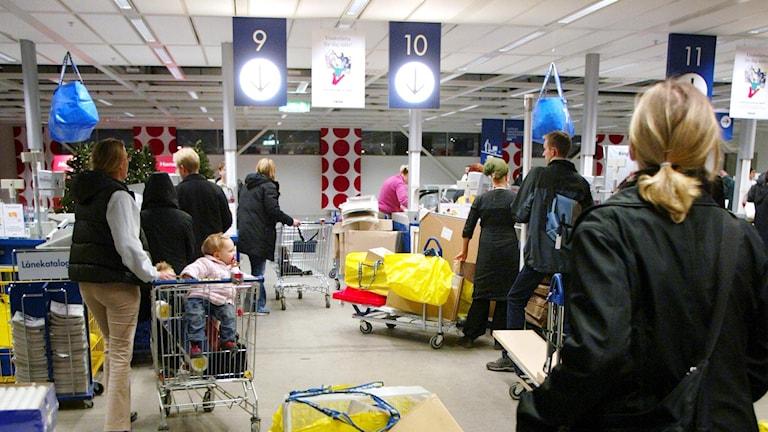 Kassaköer på ett Ikea-varuhus. Foto: Henrik Montgomery/TT