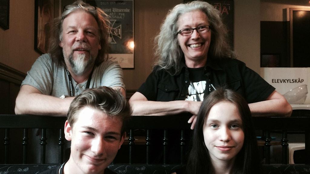 Sören Engberg och Lillielle Magnusson på Domsaga tar hand om trummistalangerna Adrian Goebel och Vanessa Loy. Foto: Christer Jonasson/SR