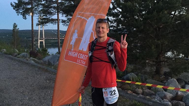 Michael Brundin i mål vid Höga kusten-bron. Foto: Privat