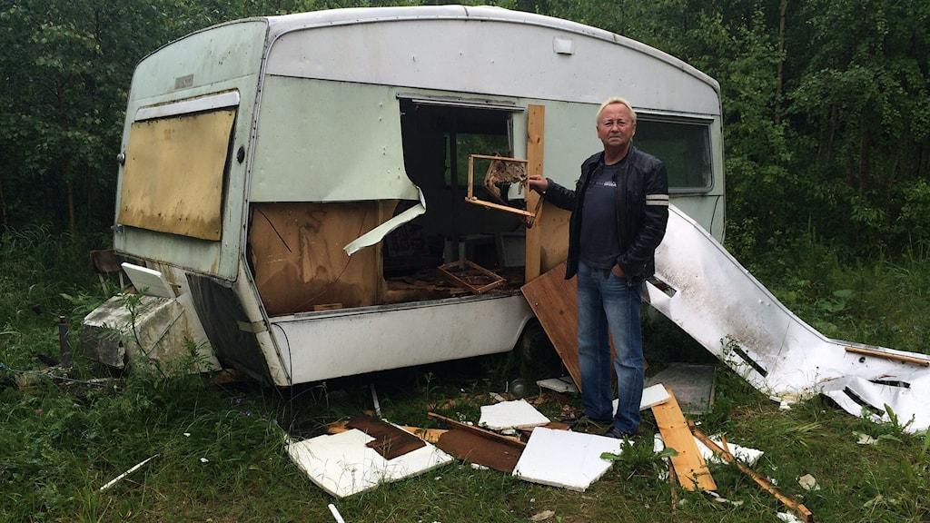 Kent Fahlström i Borgsjöbyn fick sin husvagn sönderslagen av en björn. Foto: Stig Edfast/SR
