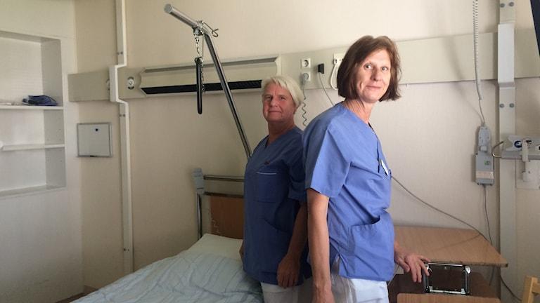 Lisbeth Karlström och Kristina Skoglund jobbar som undersköterskor på Rehabmedicin i Härnösand. Foto Ulla Öhman