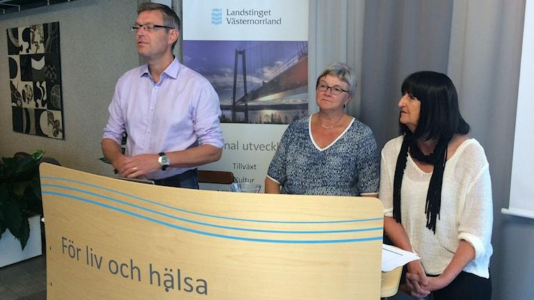 Erik Lövgren , Ewa Back och Annicka Burman i Hälso- och sjukvårdens arbetsutskott i Västernorrland. Foto: Ulla Öhman/SR