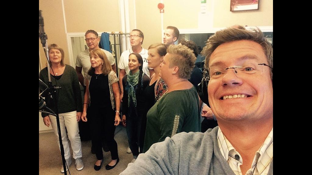 Gospelgruppen Spectra i radiostudion. En glad Per-Erik Karlsson Lindberg i förgrunden. Foto: Per-Erik Karlsson Lindberg/Sveriges Radio