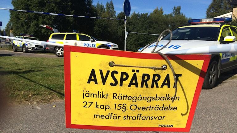 Polisen har spärrat av ett stort område kring Bergsgatan i Sundsvall. Foto: Anna Ahlström/SR