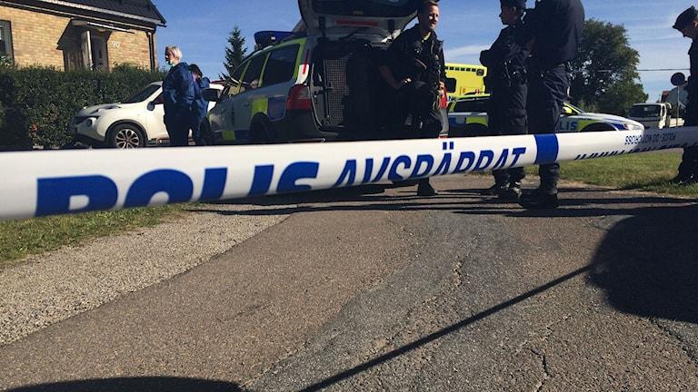Polisen spärrade av ett stort område. Foto: Anna Ahlström/SR