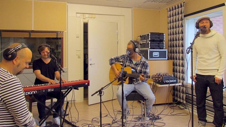Dansbandet Highlights spelar i studion. Foto: Karin Lönnå/Sveriges Radio