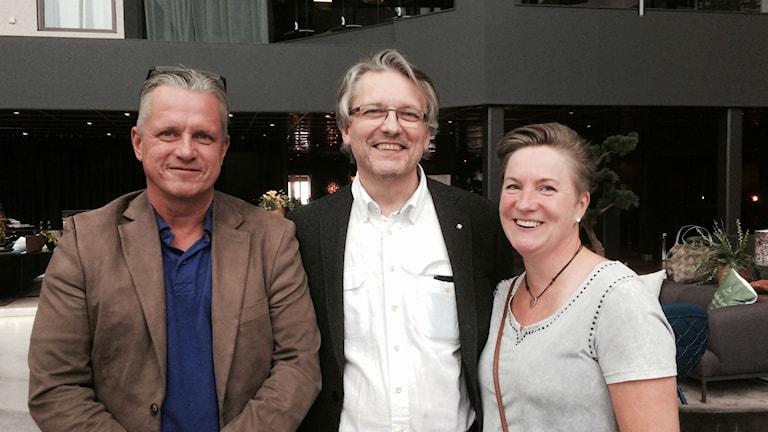 Tomas Berglund från Mittuniversitet omgiven av rektorerna Urban Fröberg, Lucksta och Anette Linné, Edsele. Foto: Christer Jonasson/SR