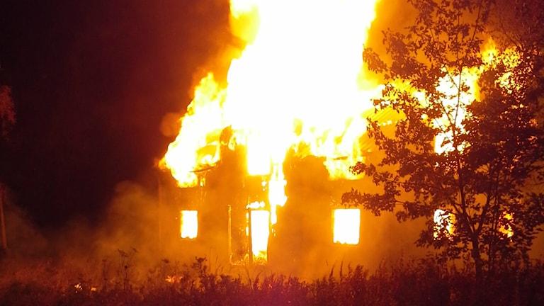 Kraftiga lågor från den brinnande villan i Rå i Näsåker. Foto: Räddningstjänsten Höga kusten-Ådalen