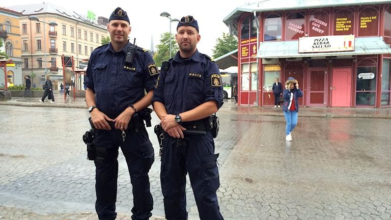 Poliserna Christian Hald och Henrik Jonsson. Foto: TullaMaja Fogelberg/SR