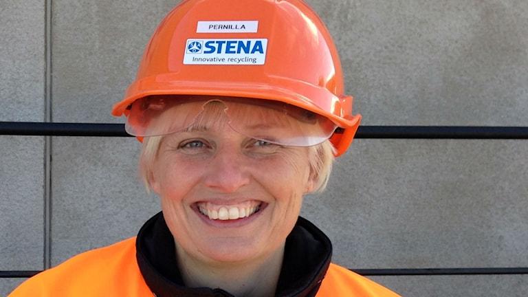 Filialchefen för Stena Recycling AB i Timrå, Pernilla Björkenäs, i orange hjälm. Foto: Karin Lönnå/Sveriges Radio