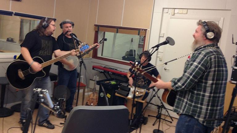 Corpse Pine spelar i studion . Foto: Karin Lönnå/Sveriges Radio