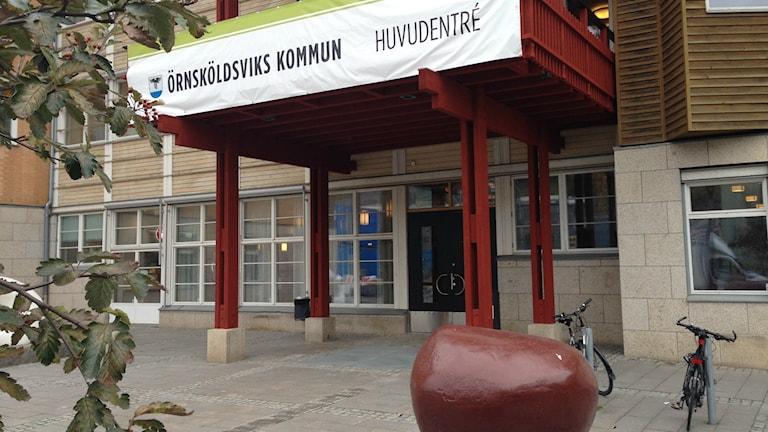Örnsköldsviks kommunhus huvudentré. Foto: Peter Hansson/Sveriges Radio