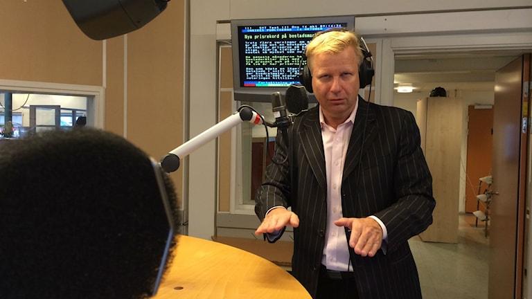 Göran Gabrielsson imiterar Stefan Löfven. Foto: TullaMaja Fogelberg/SR