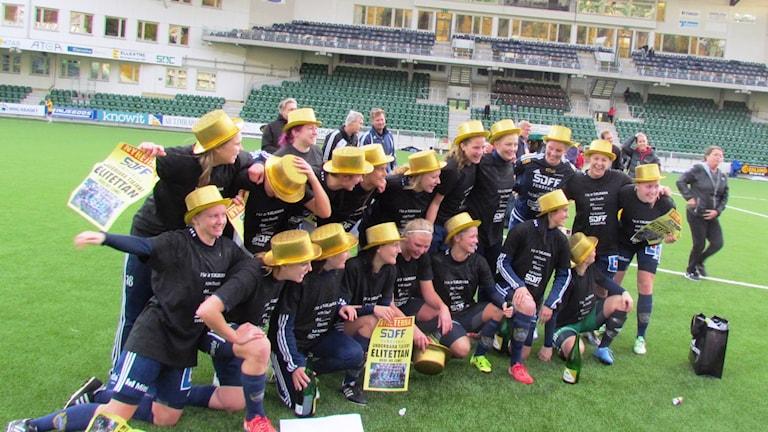 Segerjublande spelare i Sundsvalls DFF som avancerar upp till elitettan. Foto: Carl-Johan Höiby/SR