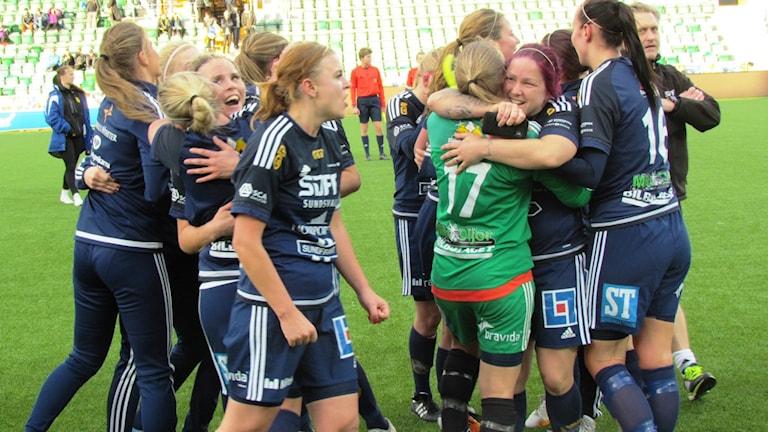 Kramkalas utbröt i segerjublet bland spelarna och ledarna i Sundsvalls DFF. Foto: Carl-Johan Höiby/SR