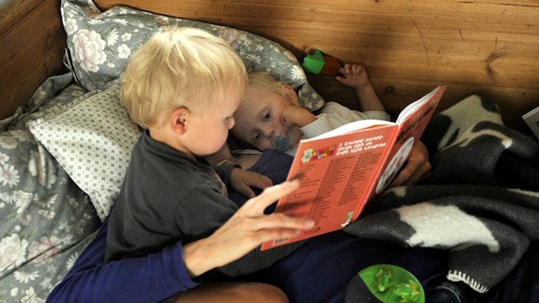 Mamma läser för sina barn. Foto. Hasse Holmberg / SCANPIX