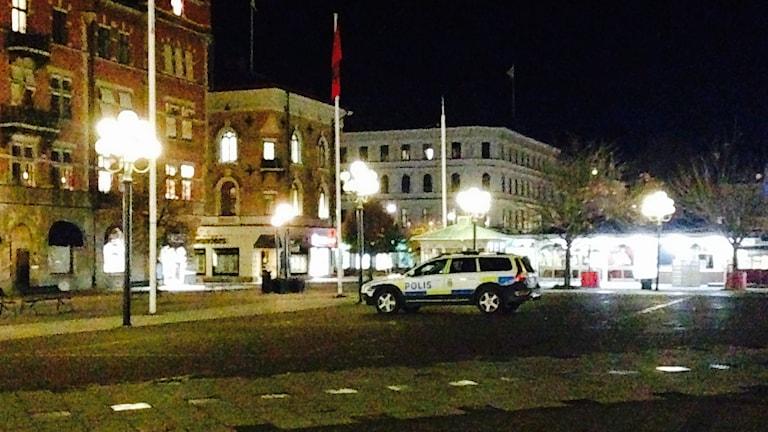Polisbil parkerad på Stora torget i centrala Sundsvall. Foto: Sara Johansson/SR