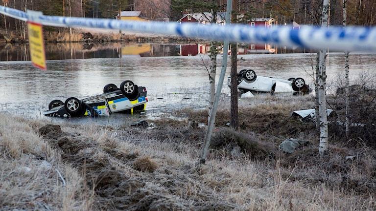 Båda bilarna hamnade på taket i vattnet. En kvinnlig polis omkom. Foto: Rolf Höjer/TT
