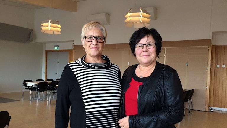 Eva Grundberg (till vänster) och demenssköterskan Ann-Marie Westerlund. Foto Ulla Öhman