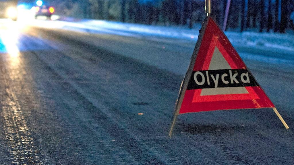 """En varningsskylt med texten """"Olycka"""" står vid en isig väg. Foto: Victor Lundberg/TT."""