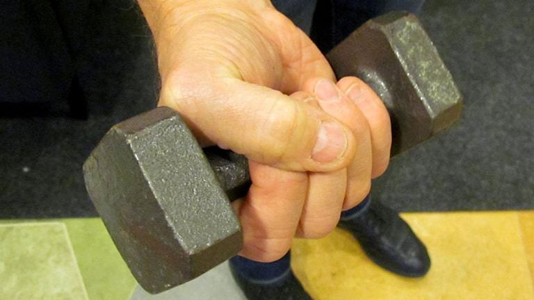 Hand som håller en hantel. Foto: Karin Lönnå/Sveriges Radio