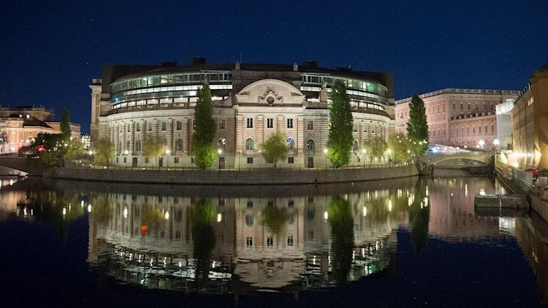 Riksdagshuset i Stockholm med kungliga slottet till höger. Foto: Fredrik Sandberg/TT