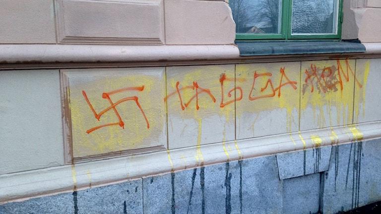 """Hakkors och orden """"Tagga hem"""" klottrade på väggen. Foto: Billy Abraha/SR"""