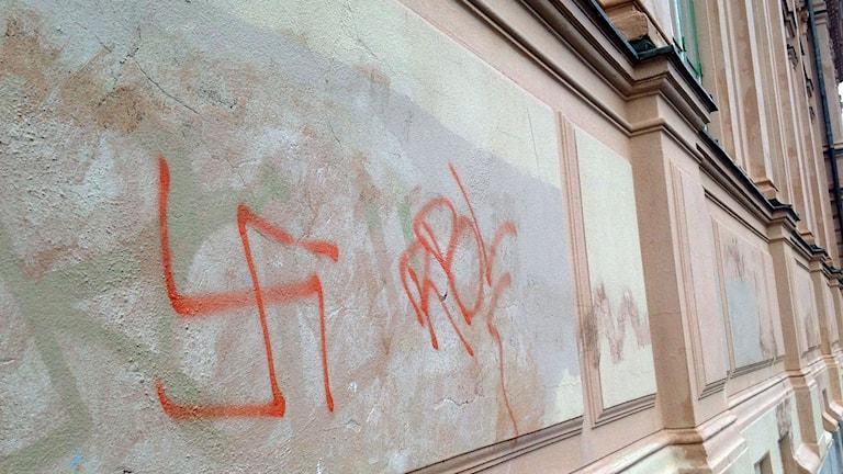 Hakkors klottrat på väggen. Foto: Billy Abraha/SR