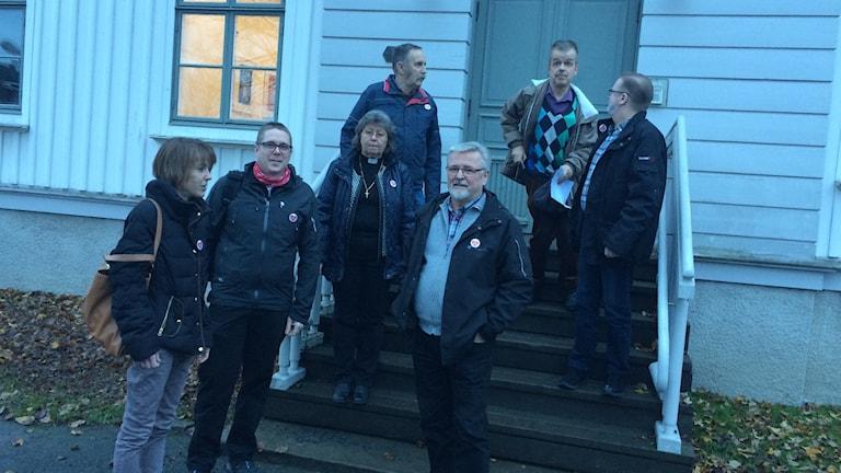 Delegationen som lämnade över namnunderskrifterna till landstingsfullmäktiges ordförande. Foto Ulla Öhman