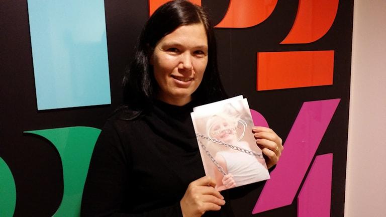 Mia Berg har tagit fram handböcker för skolpersonal som jobbar med barn som sörjer. Foto: Erik Nyberg/Sveriges Radio