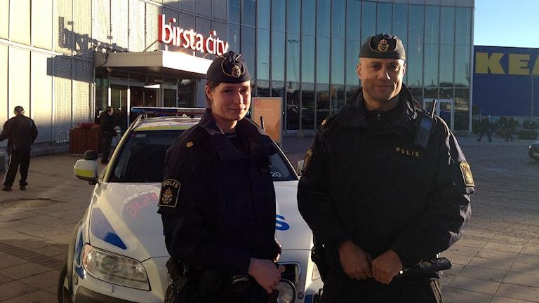 Poliserna Annelie Bergström och Jeremy vid Birsta City. Foto: Agneta Jacobsson/SR