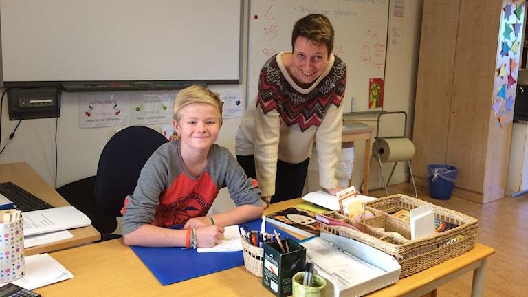 Albin Jonsson och läraren Helene Bäckström. Foto Ulla Öhman/SR