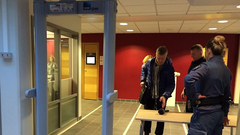 Allt genomsöks inför rättegång om kidnappning. Besökare går igen metalldetektor. Foto: Anna Ahlström/SR