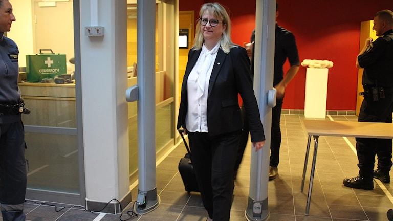 åklagare Catharina Kjelsson på väg in i rättegång.
