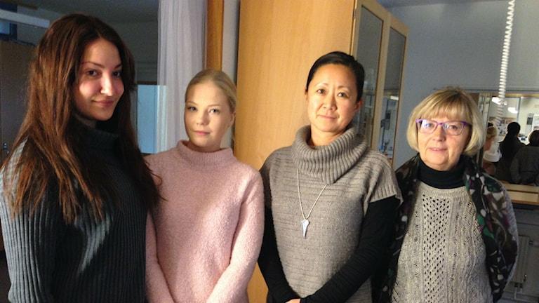 Eleverna Filippa Svenlin och Emma Bergman, läraren Camilla Sollén Bergström och rektor Mariette Oras vid Västermalms gymnasium i Sundsvall.