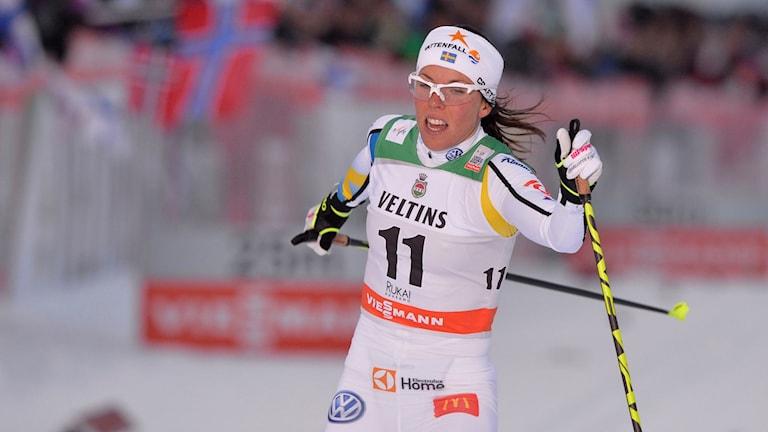 Charlotte Kalla kom på tredje plats i kvartsfinalen till sprinttävlingen under världscupspremiären i skidor i Ruka. Foto: Anders WIklund/TT