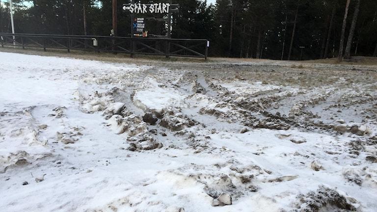 Smuts och grus i snön som ligger i spårområdet på Ängen. Foto: Niklas Axelsson/SR