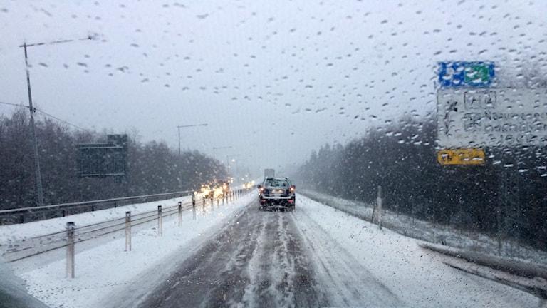 Snö och regn på E4 norrut. Foto: Ulla Öhman/SR