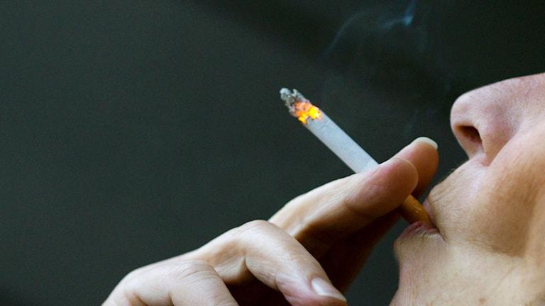Kvinna röker en cigarett. Foto: Berit Roald/TT