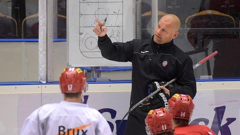 Modos tränare Andreas Johansson under första träningen. Foto: Fredrik Sandberg/TT