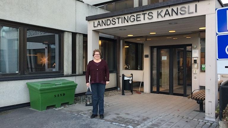 Inger Bergström är tillförordnad landstingsdirektör. Hon står utanför landstingets kansli. Foto Ulla Öhman