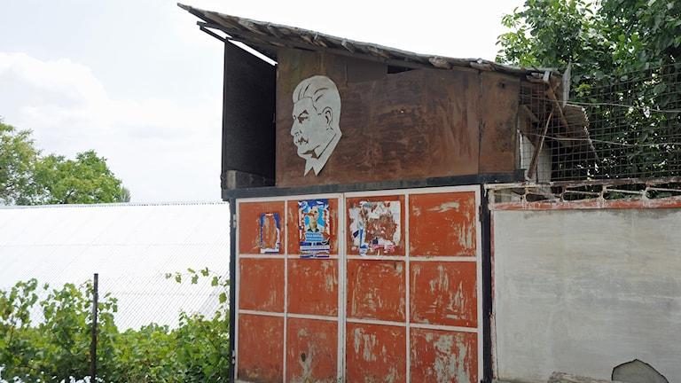 Bild av Stalin på ett hus i Georgien.