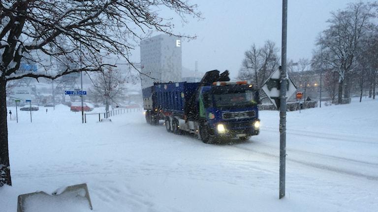 Lastbil i snöovädret i centrala Örnsköldsvik. Foto: Lennart Sundwall/SR