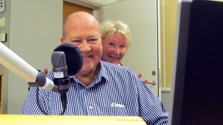 Lars T Johansson och Kerstin Ericsson i Sök och finn-studion. Foto: Karin Lönnå/Sveriges Radio