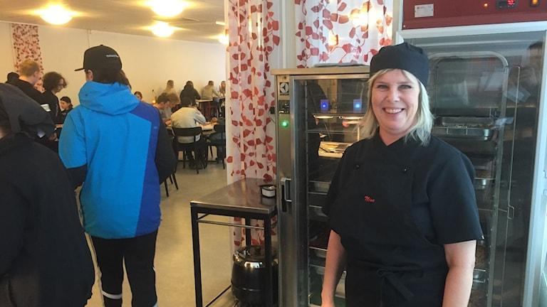 Nina Metsä jobbar i köket på Åkersvikskolan. Foto: Niklas Axelsson/Sveriges Radio