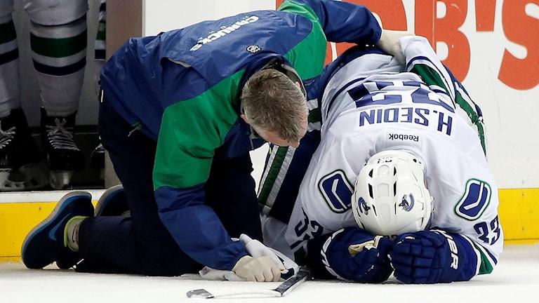 Henrik Sedin skadades i nattens match mot New York Islanders. Foto: Kathy Willens/AP/TT