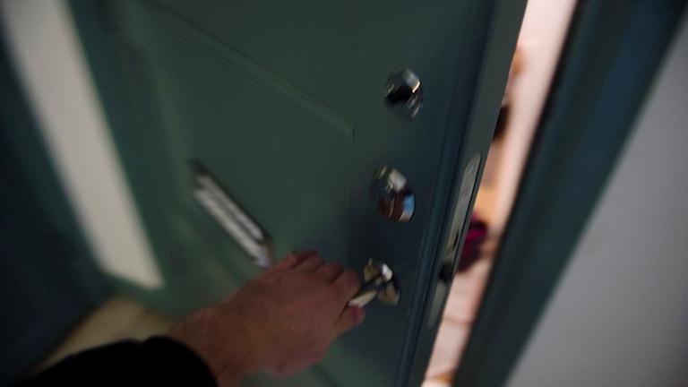En person öppnar en lägenhetsdörr. Foto: Vilhelm Stokstad/TT