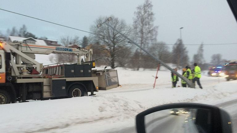 En lyktstolpe hänger över E4 i Härnösand efter en trafikolycka. Foto: Ulla Öhman/SR