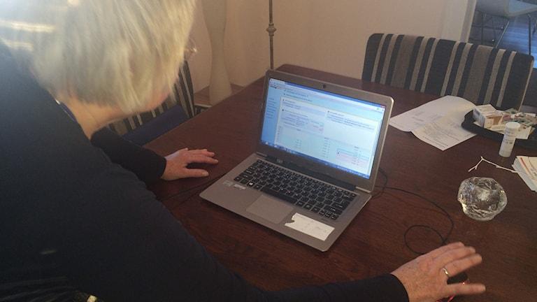 Via sin dator skickar Mania över resultaten från blodprovet till sin läkare i Holland. Det här systemet är dock inte i gång i Västernorrland. Foto Ulla Öhman