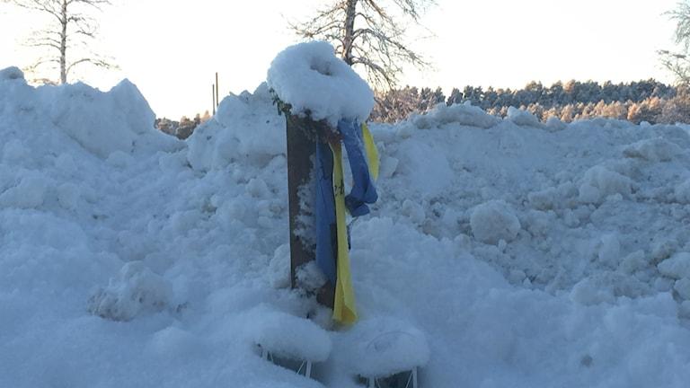 Minneskrans i snödriva. Foto: Viktor Åsberg/SR
